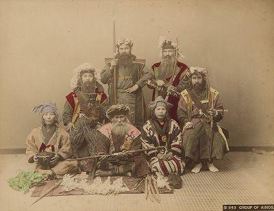 Группа айнов. Крашенная вручную японская альбуминовая фотография эпохи Мэйдзи (1868-1912).