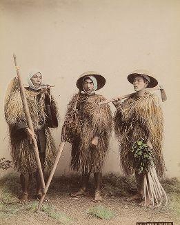 Японские крестьяне в соломенных плащах мино. Крашенная вручную японская альбуминовая фотография эпохи Мэйдзи (1868-1912).