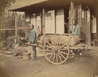Японские крестьяне с повозкой. Крашенная вручную японская альбуминовая фотография эпохи Мэйдзи (1868-1912).