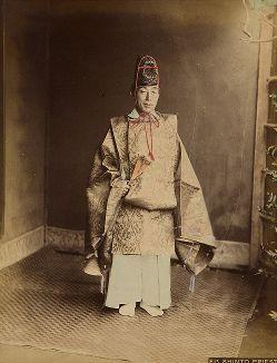 Синтоистский священник в каригину, эбоси и с веером тюкэй. Крашенная вручную японская альбуминовая фотография эпохи Мэйдзи (1868-1912).